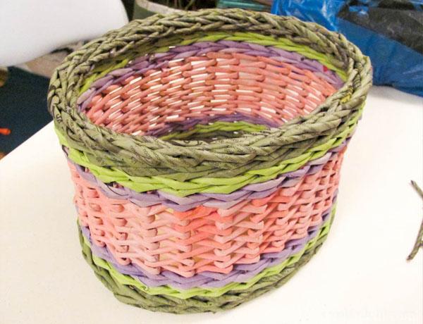 Метод двух лепестков корзины с цветами из газетных трубочек